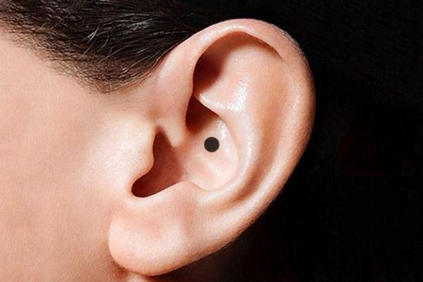 Nốt ruồi ở tai phụ nữ nói lên điều gì về tính cách