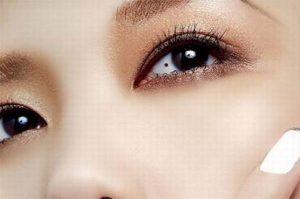 nốt ruồi trong mắt phải